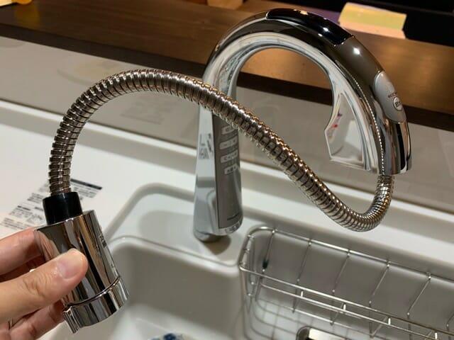 パナソニックのタッチレス水栓の伸びるシャワーヘッド