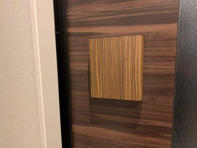 玄関ドアに宮武製作所のキーボックスを貼り付けた様子の画像