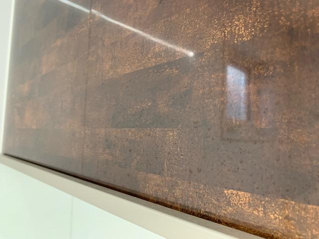 濃い色の壁だから水垢が目立つのが分かる画像