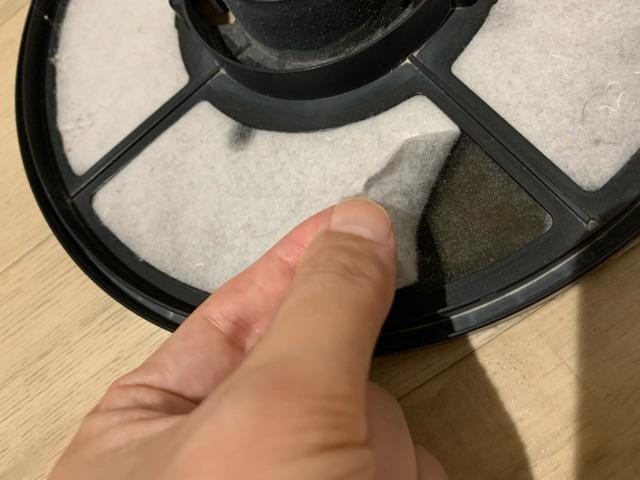 フィルターについたホコリが指で簡単に取れる様子